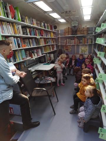 Lavići u knjižnici na kotačićima